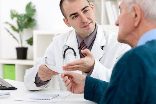 רופא מסביר על תרופה